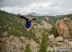 美女子150英尺高空走绳 倒立劈叉无所不能